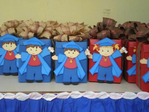 Imagen cotillones de graduandos hechos con cartulina y foamy - grupos.
