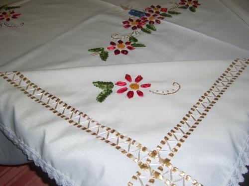 Manteles bordados con cintas imagui - Manteles de mesa bordados ...