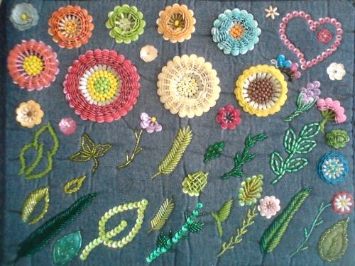 Muestrario de flores y hojas bordadas con lentejuelas y chaquiras
